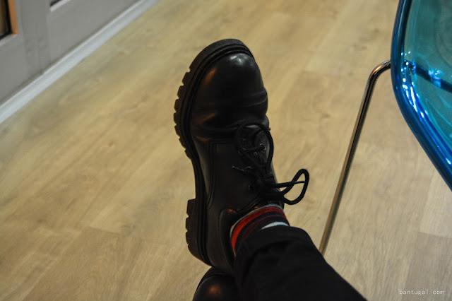 zapatos negros vintage con calcetines a rallas