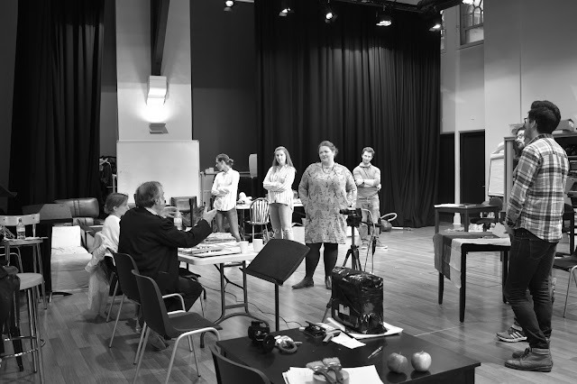 David Pountney directing the cast of NOS's forthcoming contemporary opera scenes (C) NOS 2017