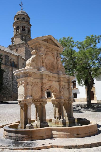 Fuente de Santa María con la torre de la catedral