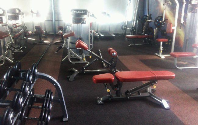 Компактный спортзал с тренажерами на работе