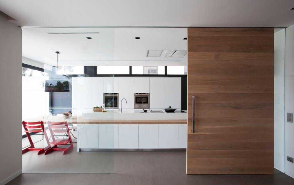 Una cocina sociable y discreta en primer plano cocinas for Cocinas semiabiertas