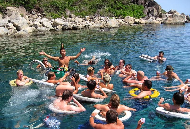 Tắm biển ở Nha Trang