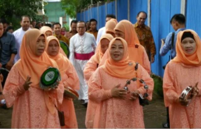 Innalillahi, Ibu-Ibu Berjilbab Ini Sambut Uskup Dengan Qasidah