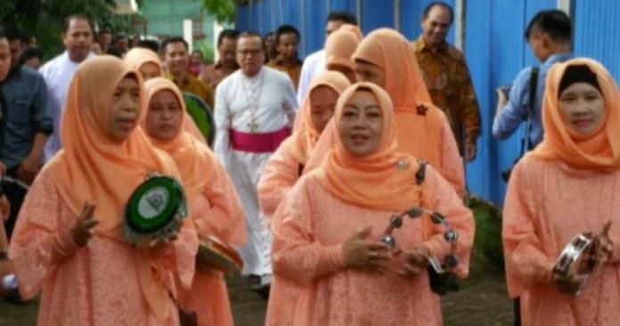 Innalillahi Ibu Ibu Berjilbab Ini Sambut Uskup Dengan Qasidah