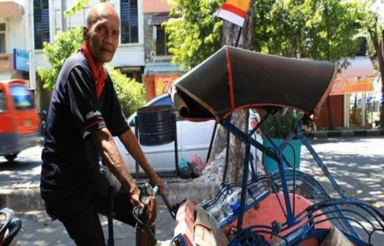 Foto Viral Kakek Rohadi, Tukang Becak Berseragam TNI di Bandung