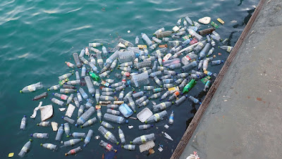 Acqua: verso l'addio alle bottiglie di plastica  Approvata dalla UE la proposta di modifica   della Direttiva 98/83/Ce sull'acqua potabile,   per ridurre l'impiego degli imballaggi in plastica  acqua nelle bottiglie di plastica