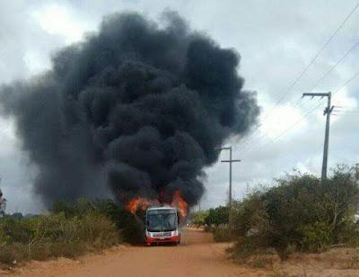 INCIDENTE: Ônibus pega fogo próximo a cidade de Nísia Floresta na Grande Natal