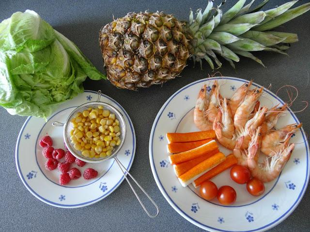 Ensalada tropical con piña y langostinos