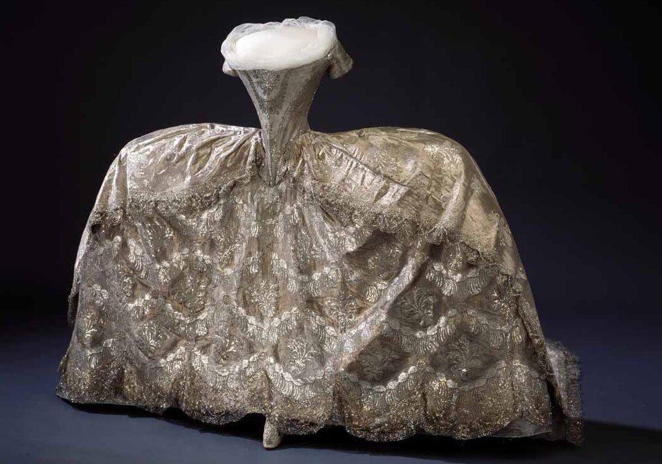 Qui in basso l abito da sposa di Edvige Elisabetta Carlotta di  Holstein-Gottorp sposatasi nel 1774 con il futuro Carlo XIII di Svezia. b4e668abbae