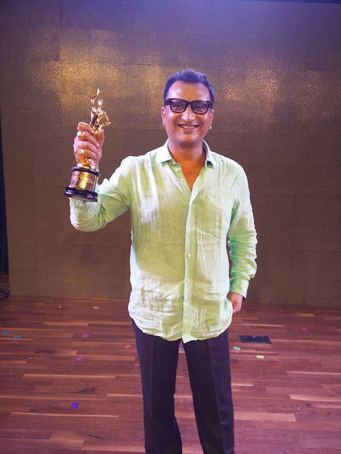 Awadhesh mishra with Trophy at Bhojpuri Film Awards 2015