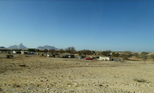 baracche lungo la strada per lo Spitzkoppe