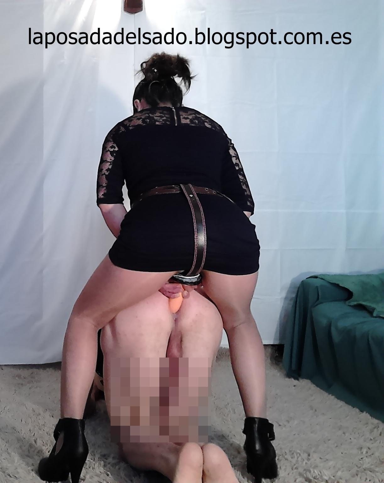 Enculando a un esclavo en el cepo plegable - 2 part 6