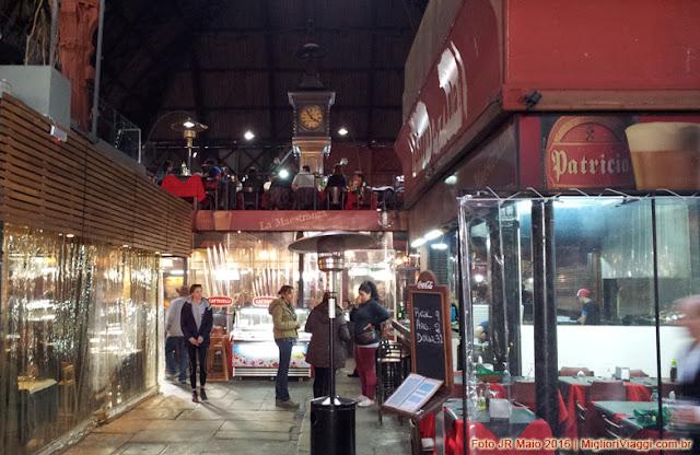 Restaurantes e antigo relógio do Mercado del Puerto