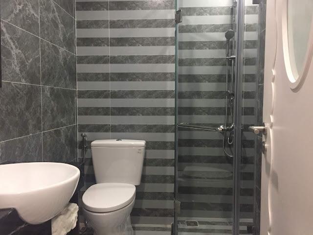 Nhà vệ sinh được bố trí như trong ảnh với đầy đủ thiết bị