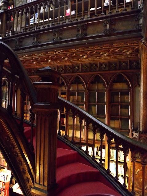 detalhes da escada da Livraria Lello