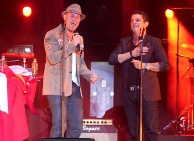 Foto de Alejandro Sanz cantando junto a Gian Marco en Lima