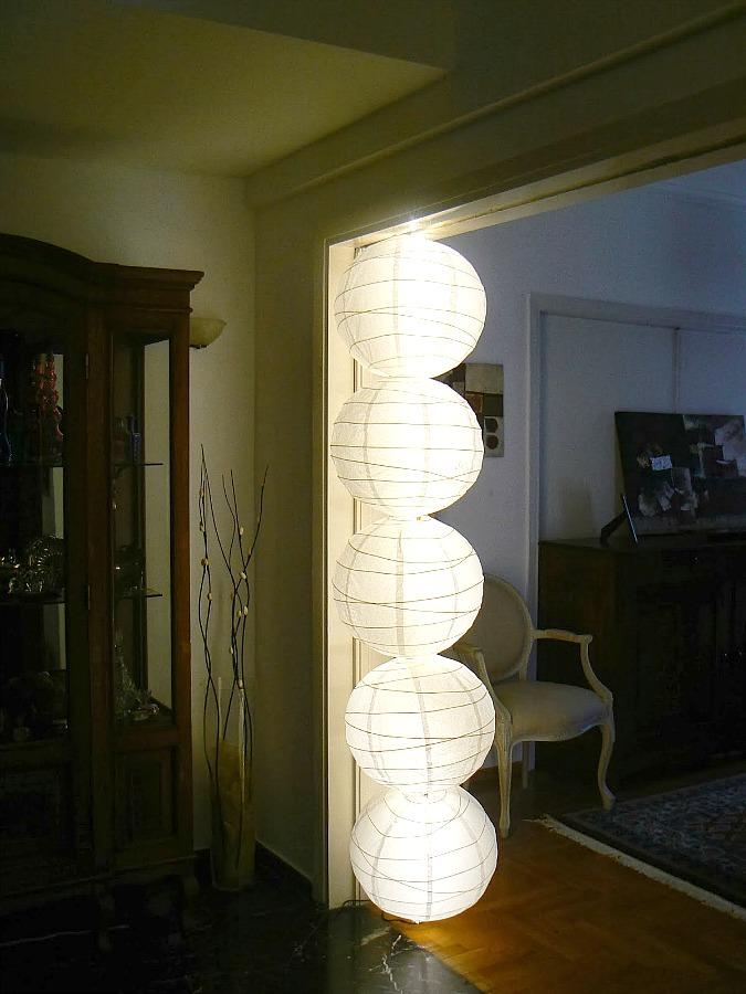 Ένα χειροποίητο φωτιστικό από το ταβάνι μέχρι το δάπεδο φτιαγμένο με χάρτινες μπάλες φωτιστικά από το ΙΚΕΑ.