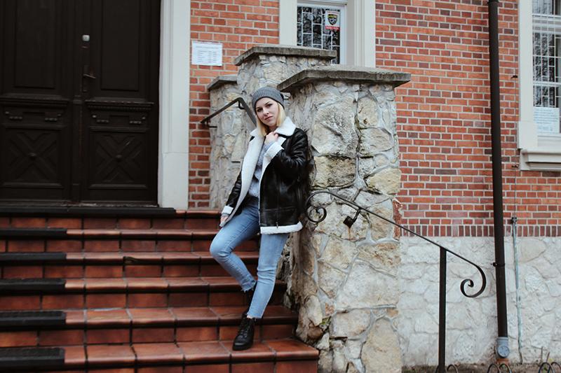modne jeansy i wełniany sweter z ciucholandu