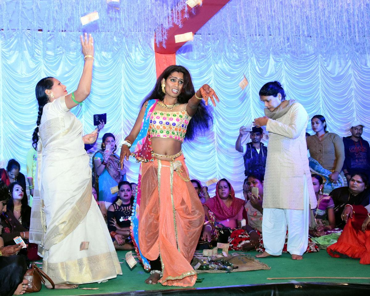 झाबुआ राष्ट्रीय किन्नर सम्मेलन में सांस्कृतिक कार्यक्रमों को निहारने उमड रही भीड -The-color-of-the-cultural-programs-held-at-Rajwada-Chowk-till-midnight