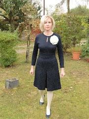 Granatowa sukienka z żakardu.