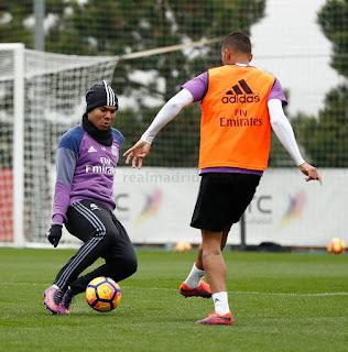 Casemiro disputa bola em treino do Real