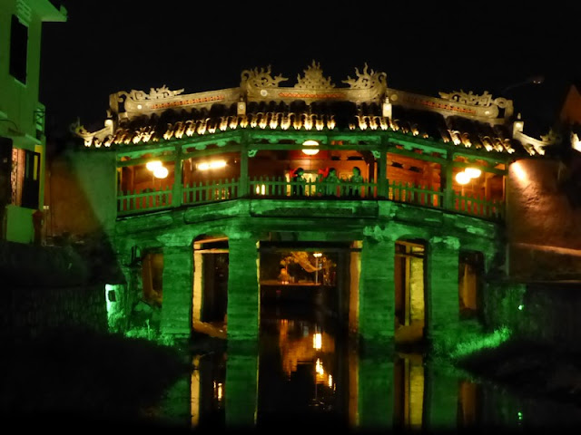 Puente Japonés Cubierto de Hoi An por la noche