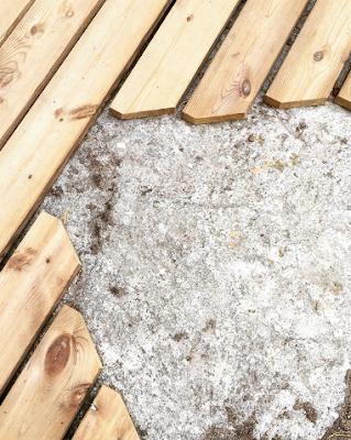 kiveä kiertävät laudanpäät leikattiin tylpäksi, jotta terävät kärjet ei katkea ajansaatossa