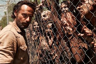 Imagem de Rick com vários zumbis em uma cerca - treinamento para ser zumbi