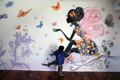 MAlowanie sciany w pokoju dziewczynki, nowoczesny wystrój w pokoju nastolatki, graffiti na scianie