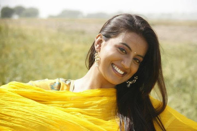 Bhojpuri-Actress-In-Yellow-Sari