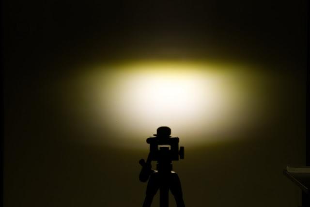 Wiązka świetlna latarki Lumintop C01 na ścianie. Zdjęcie zrobione jako RAW 5000K, skorygowane następnie do 4500K