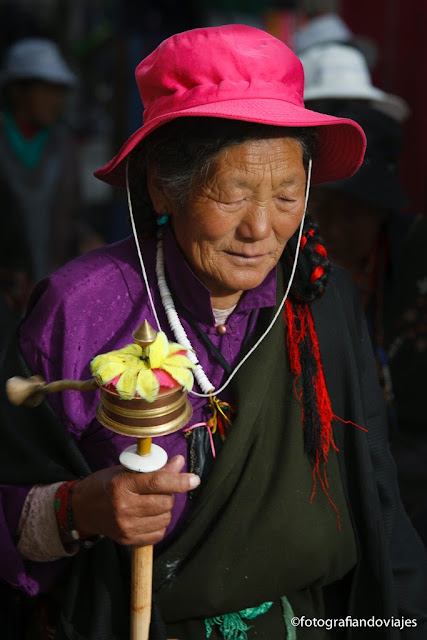 peregrinos tibetanos alrededor del Jokhang