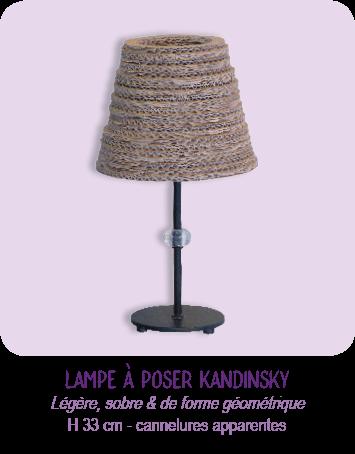 Lampe de chevet à poser avec chapeau en carton, cannelures apparentes, lumière douce et diffuse.