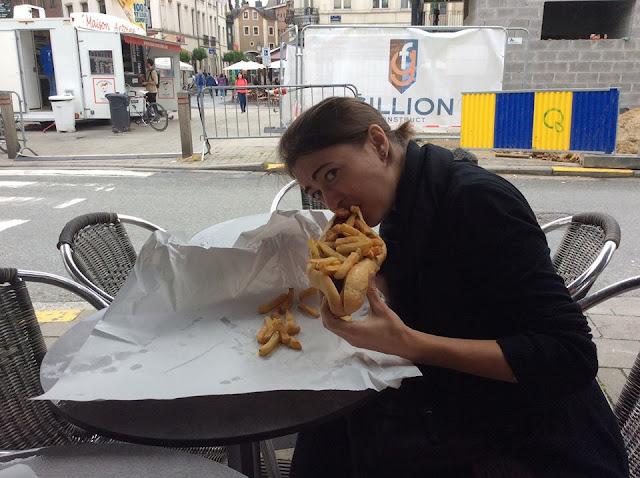 Femme, sandwich et frites, construction