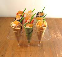 Mini conos de mousse de pato, salsa dulce de manzana caramelizada y cebollino