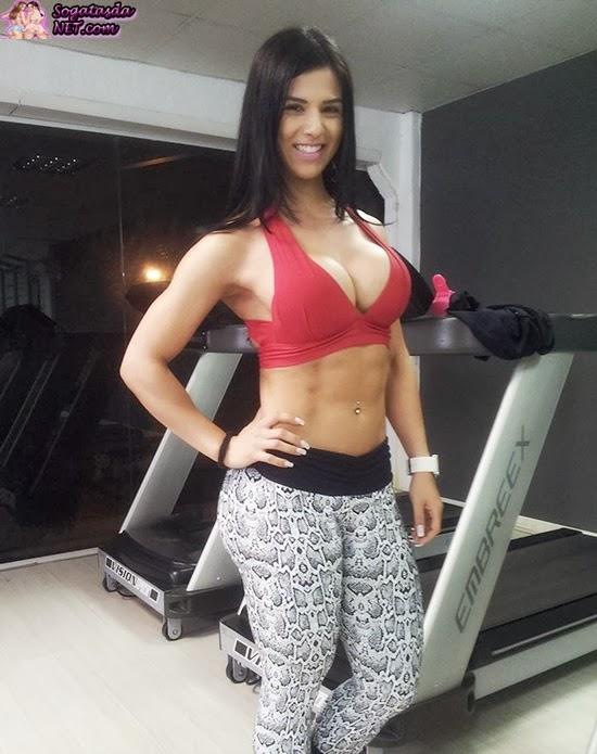 Eva Andressa - Foto na academia de top vermelho