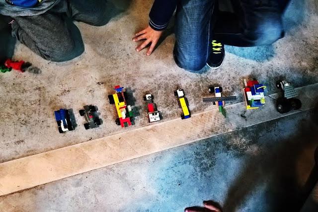 bambini giocano lego