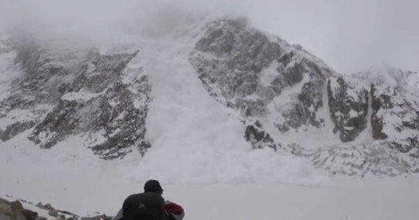 Κατέγραψαν τη στιγμή που πέφτει χιονοστιβάδα πάνω τους