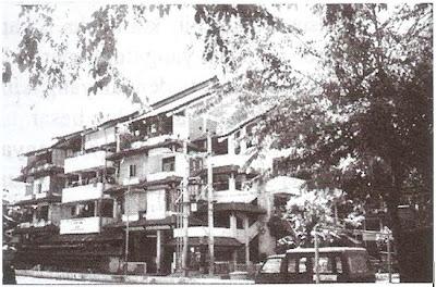Rumah Susun Sombo, Surabaya. Susunan ruang disusun menyerupai suatu perkampungan (Erik, 2004)