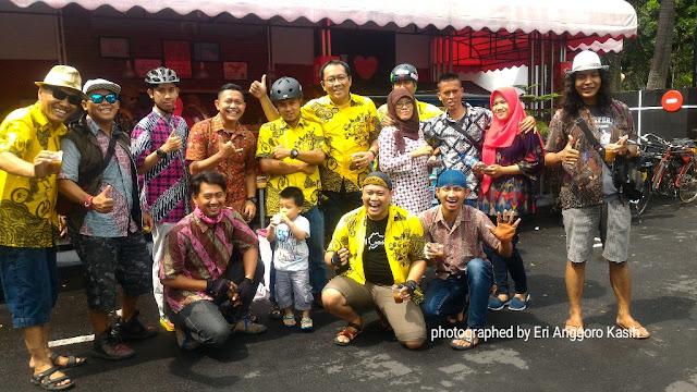 Sebagian peserta gowes berbaju batik.