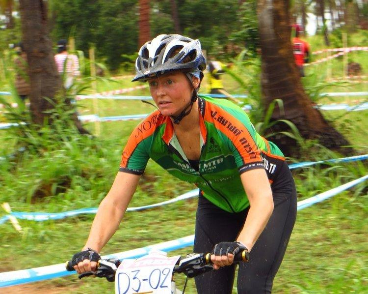 Европейская женщина участвует велогонки