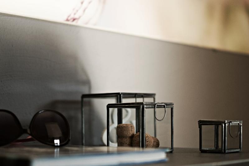 Blog + Fotografie by its me - Rooming Flur, Glaskästen mit Korken als Deko