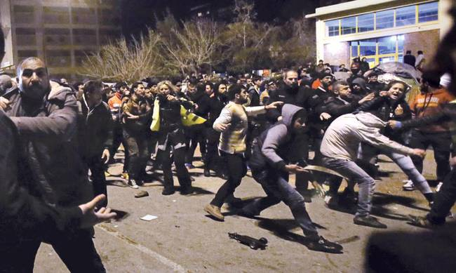 """""""Μακελειό"""" στη Θήβα: Μετανάστες προσπάθησαν να κάψουν γυναίκα ζωντανή – Κόλαση σε hot spot με σοβαρούς τραυματισμούς και καταστροφές"""
