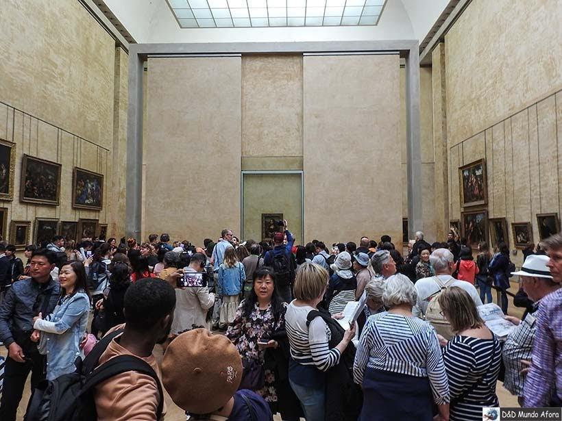 Todo mundo querendo uma foto com a Mona Lisa no Museu do Louvre - Diário de Bordo - 3 dias em Paris
