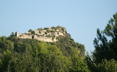Το κάστρο της Δέσπως Μπότσαρη στέκει ερειπωμένο πάνω από το δρόμο Ηγουμενίτσας - Πρέβεζας