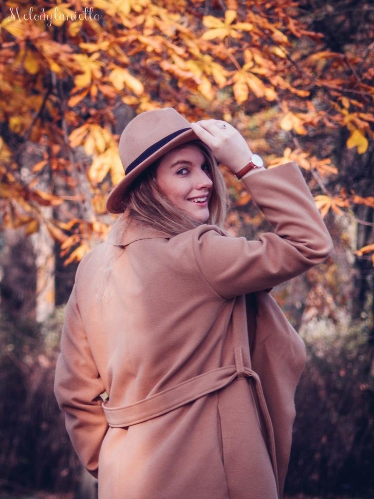 4 beżowy wiązany płaszcz na jesień wiosnę zimę beżowy kapelusz jak nosić kapelusz sukienka na jesień żółta w kwiaty zegarek daniel wellington kod rabatowy promocje rosegal zaful opinie moda fashion blogerka łódź