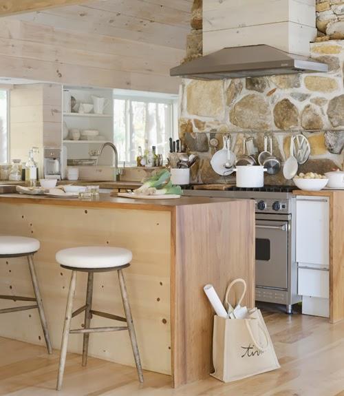 Drewno i kamienny kominek, wystrój wnętrz, wnętrza, urządzanie domu, dekoracje wnętrz, aranżacja wnętrz, inspiracje wnętrz,interior design , dom i wnętrze, aranżacja mieszkania, modne wnętrza, drewniane wnętrza, styl eko, styl skandynawski, kuchnia, projekt kuchni