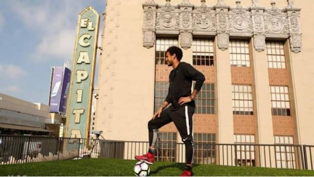 Neymar mete gol desde las alturas, en el Hollywood Boulevard