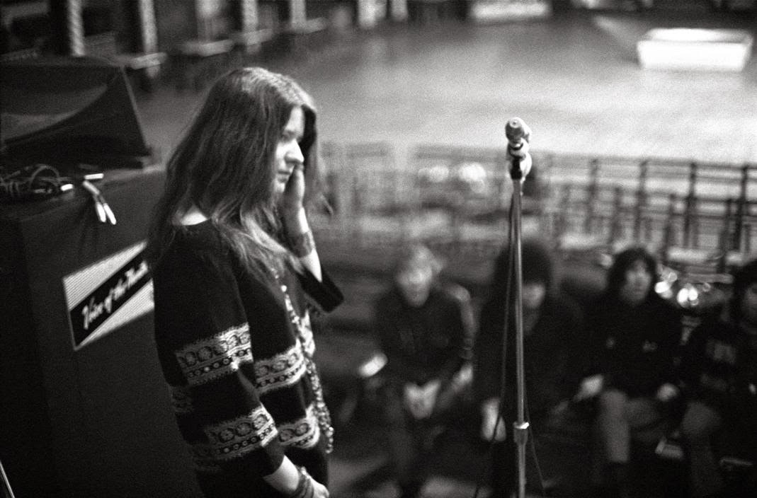 14 Fascinating Black And White Photos Of Janis Joplin In