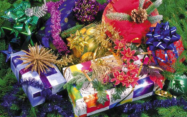 Plaatje met cadeau's in de kerstboom